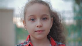 Close-upportret van een leuk gelukkig Kaukasisch meisje die het verraste gezicht en dan het glimlachen bekijken de camera maken stock video