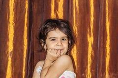 Close-upportret van een meisje met krullend haar Emotioneel portret van een vier-jaar-oud kind royalty-vrije stock foto