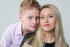 Close-upportret van een moeder en een zoon Royalty-vrije Stock Foto