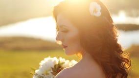 Close-upportret van een mooi jong sexy meisje stock video