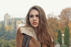 Close-upportret van een mooi meisje met lang bruin haar stock afbeelding