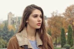 Close-upportret van een mooi meisje met lang bruin haar stock foto