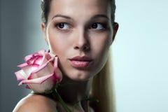 Close-upportret van een mooi vrouwengezicht Royalty-vrije Stock Fotografie