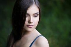 Close-upportret van een mooie jonge Kaukasische vrouw met schone huid, lang haar en toevallige make-up stock afbeeldingen