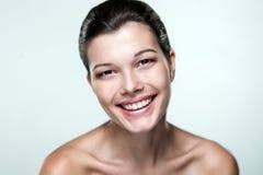 Close-upportret van een mooie vrouw met een uitdrukking van emo Stock Afbeeldingen