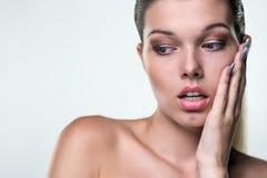 Close-upportret van een mooie vrouw met een uitdrukking van emo Royalty-vrije Stock Foto's