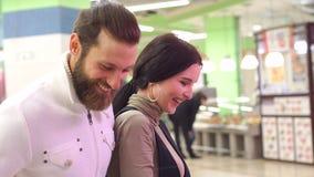 Close-upportret van een paar in liefde in de supermarkt stock video