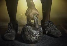 Close-upportret van een spiersportman Brutale bodybuilder atletische mens met barbell stock foto