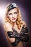 Close-upportret van een topless blondevrouw die zwarte kanthandschoenen dragen Stock Fotografie