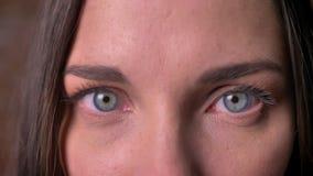 Close-upportret van een vrouw die shrilly op in de camera let stock videobeelden