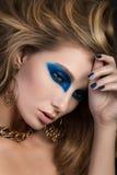 Close-upportret van elegante vrouw met mooi blondehaar Stock Afbeeldingen