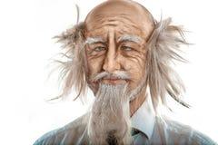 Close-upportret van gekke oldman op witte achtergrond Royalty-vrije Stock Afbeeldingen