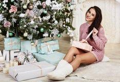 Close-upportret van gelukkig jong Kaukasisch brunette Royalty-vrije Stock Foto