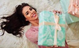 Close-upportret van gelukkig jong Kaukasisch brunette Stock Foto