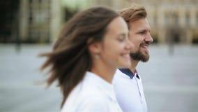 Close-upportret van Gelukkig Paar in Liefde die rond de Handen van de Stadsholding lopen Aantrekkelijke Jonge Vrouw en Knappe Man stock videobeelden