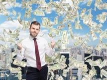 Close-upportret van gelukkige succesvolle zakenman die de overeenkomst sluiten, gepompte vuisten Een concept het vieren van het s royalty-vrije stock foto