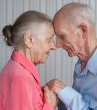 Close-upportret van glimlachend bejaard paar Stock Afbeeldingen
