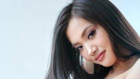 Close-upportret van glimlachende dansende aantrekkelijke Aziatische vrouw die naakte schouder tonen stock video