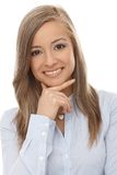 Close-upportret van glimlachende jonge vrouw Stock Foto