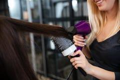 Close-upportret van haar van de stilist het drogende vrouw in salon royalty-vrije stock foto