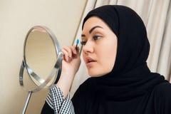 Close-upportret van het charmeren van Moslimvrouw die make-up dragen zien onder ogen royalty-vrije stock foto