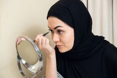 Close-upportret van het charmeren van Moslimvrouw die make-up dragen zien onder ogen royalty-vrije stock afbeeldingen