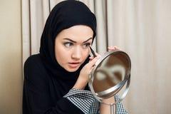 Close-upportret van het charmeren van Moslimvrouw die make-up dragen zien onder ogen stock foto's
