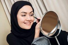 Close-upportret van het charmeren van Moslimvrouw die make-up dragen zien onder ogen stock foto