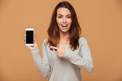Close-upportret van het jonge het glimlachen donkerbruine vrouw richten met Royalty-vrije Stock Foto's