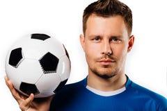 Close-upportret van het jonge knappe voetbalstervoetbal stellen op geïsoleerd wit stock afbeeldingen