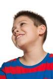 Close-upportret van het kijken op jongen stock fotografie
