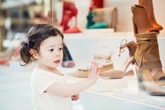 Close-upportret van het leuke aanbiddelijke droevige verstoorde witte Kaukasische kind van het peutermeisje met donkere bruine og Royalty-vrije Stock Fotografie