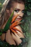 Close-upportret van het mooie jonge meisje stellen in tropische FO Royalty-vrije Stock Afbeelding