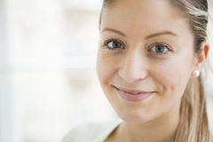 Close-upportret van het mooie jonge vrouw glimlachen royalty-vrije stock foto's