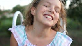 Close-upportret van het mooie leuke blondy Kaukasische meisje glimlachen en het lachen terwijl het bekijken camera Echt - tijd stock videobeelden