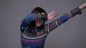Close-upportret van het volwassen Kaukasische donkerbruine vrouwelijke betten met vertrouwen voor de camera met achtergrond stock video