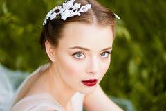 Close-upportret van jong meisje met groene ogen een kwaliteitsmake-up Bohostijl Stock Foto's