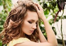 Close-upportret van jong mooi meisje met de krullende kleding van de haarzomer in tropisch bos Stock Foto's