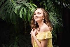 Close-upportret van jong mooi meisje met de krullende kleding van de haarzomer in tropisch bos Stock Fotografie