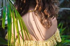 Close-upportret van jong mooi meisje met de krullende kleding van de haarzomer in tropisch bos Royalty-vrije Stock Afbeeldingen