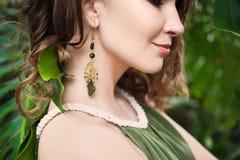 Close-upportret van jong mooi meisje met de krullende kleding van de haarzomer in tropisch bos Royalty-vrije Stock Foto