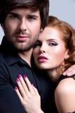 Close-upportret van jong sexy paar in liefde Stock Afbeeldingen