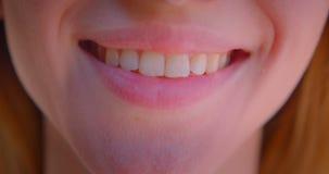 Close-upportret van jong vrij Kaukasisch vrouwelijk gezicht met leuke lippen met het glimlachen gelukkige uitdrukking stock footage