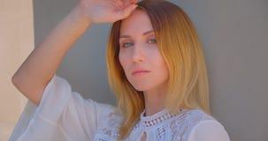 Close-upportret van jong vrij Kaukasisch wijfje met het gele geverfte haar stellen voor de camera stock footage