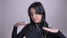 Close-upportret van jong vrij Kaukasisch wijfje in vibes het dansen luisterend aan muziek en hebbend pret stock footage