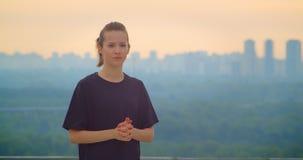 Close-upportret van jong vrij sportief wijfje jogger in een zwarte t-shirt die het mooie landschap in openlucht bekijken stock video