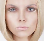 Close-upportret van jonge blonde vrouw royalty-vrije stock foto's