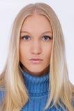 Close-upportret van jonge blondevrouw royalty-vrije stock fotografie