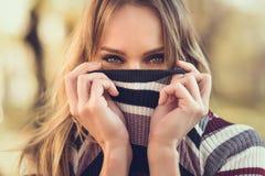 Close-upportret van jonge blondevrouw met blauwe ogen royalty-vrije stock foto's