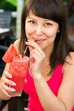 Close-upportret van jonge glimlachende vrouw met Royalty-vrije Stock Fotografie